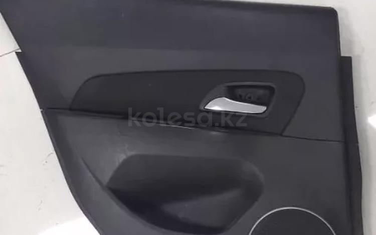 Обшивка двери (дверная карта) задняя левая Chevrolet Cruze за 111 тг. в Нур-Султан (Астана)