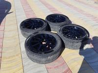 Диски с шинами r20 за 120 000 тг. в Актау