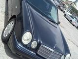 Mercedes-Benz E 240 1999 года за 3 100 000 тг. в Шымкент – фото 2