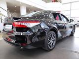 Toyota Camry 2021 года за 16 124 300 тг. в Уральск – фото 3