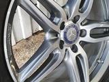 Mercedes E — Klass Оригинальные диски с резиной R 19 за 440 000 тг. в Алматы – фото 2