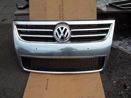 Решетка радиатора на volkswagen touareg за 65 000 тг. в Алматы