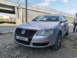 Volkswagen Passat 2005 года за 2 800 000 тг. в Уральск – фото 2