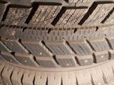 Комплект зимней шипованной резины на легкосплавных дисках за 300 000 тг. в Темиртау – фото 3