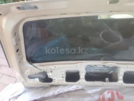 Задняя верхняя дверь багажника лх570 за 1 500 тг. в Алматы – фото 4