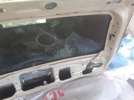 Задняя верхняя дверь багажника лх570 за 1 500 тг. в Алматы – фото 5