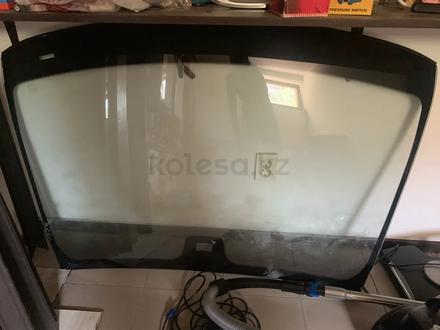 Оригинальное лобовое стекло от S550 W221 за 100 000 тг. в Алматы – фото 2