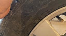 Шины с титановыми дисками состояние идеальное пости новые за 200 000 тг. в Тараз – фото 3