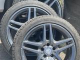 Диски на мерседес r18 AMG оригинал с зимними шинами за 350 000 тг. в Алматы – фото 2