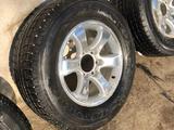 Комплект шин с дисками от Тойота Прадо 120, ездили 1 сезон за 190 000 тг. в Алматы – фото 2